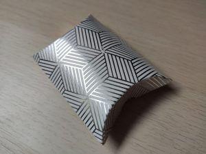 párna dobozka ezüst csíkozással