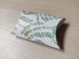 párna dobozka fehér alapon zöld levelek