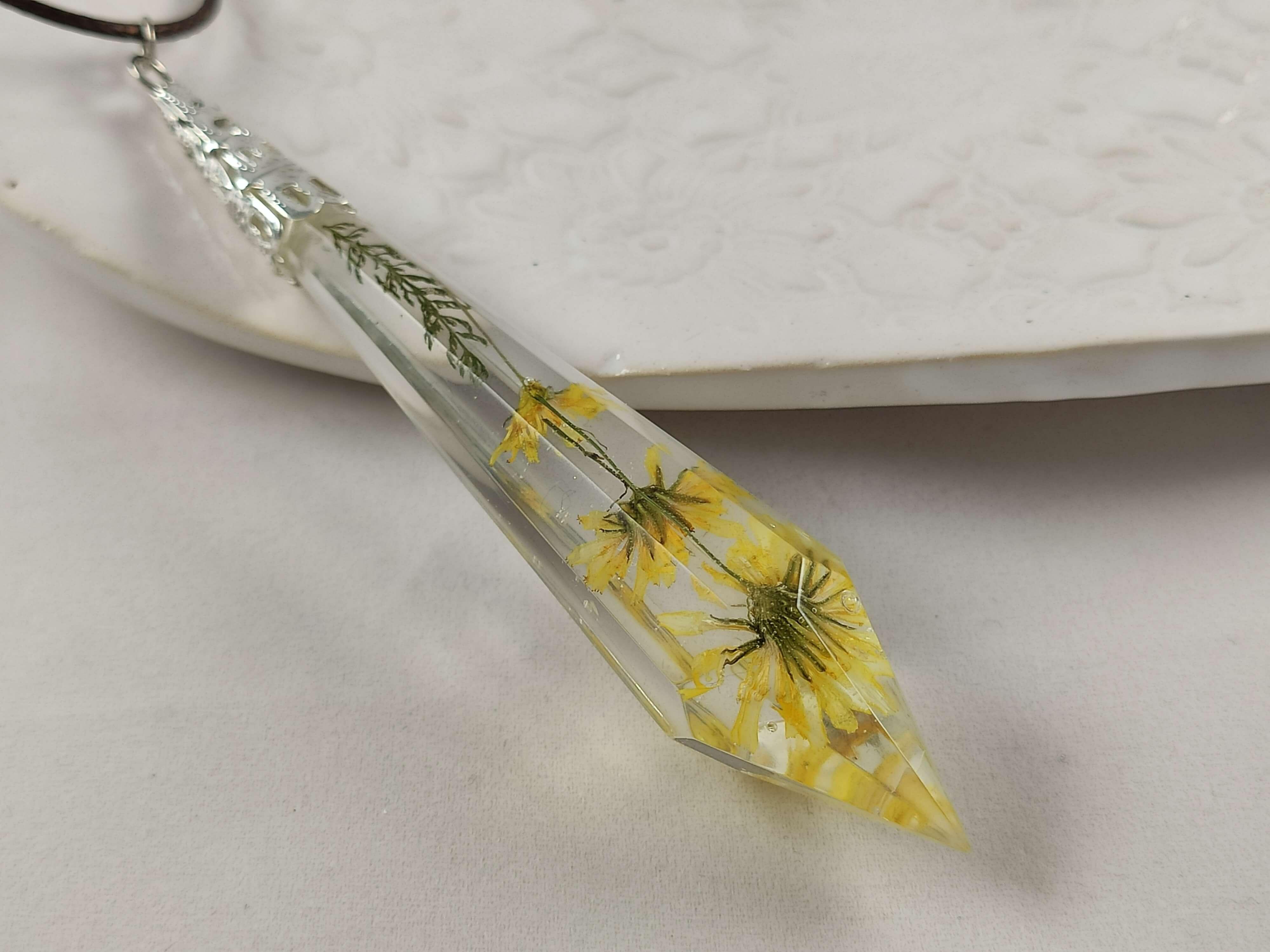 Sárga virágos csiszolt függő női nyaklánc