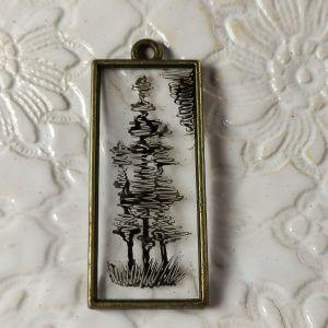 Fekete fenyők az erdő szélén női nyaklánc