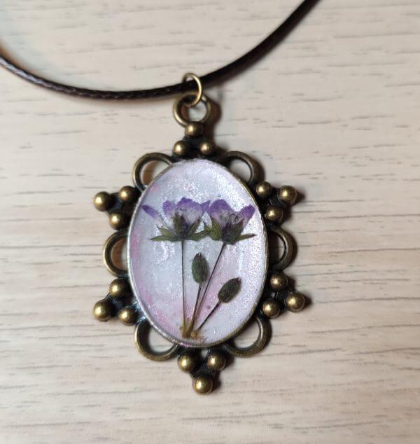 Antik hatású lila virágos medál női nyaklánc