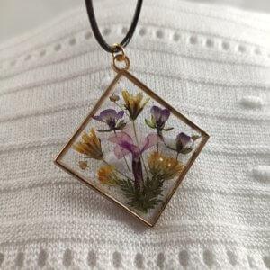 Üde virágcsokor női nyaklánc